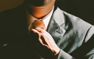 Man rättar till slips