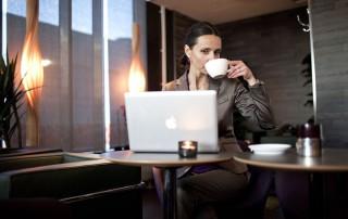 Kvinna arbetar på cafe